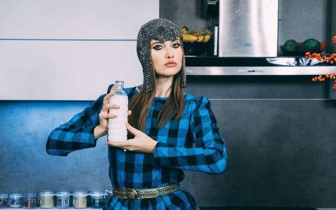 VIDEO Iulia Albu își face presing la dressing. A venit rândul ei să își facă curățenie în haine
