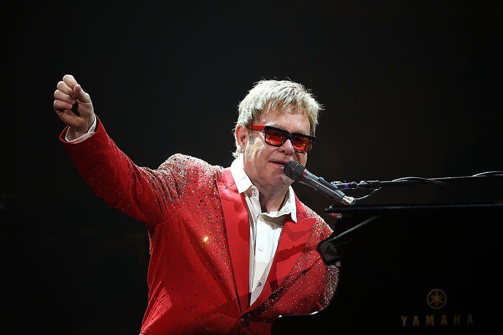 Care e singurul program TV pe care Elton John îl urmărește de Crăciun