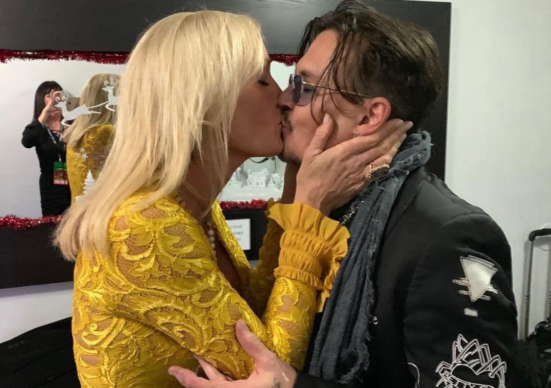 Johnny Depp, sărutat pe gură de o blondă divorțată și cu doi copii. Cine e femeia