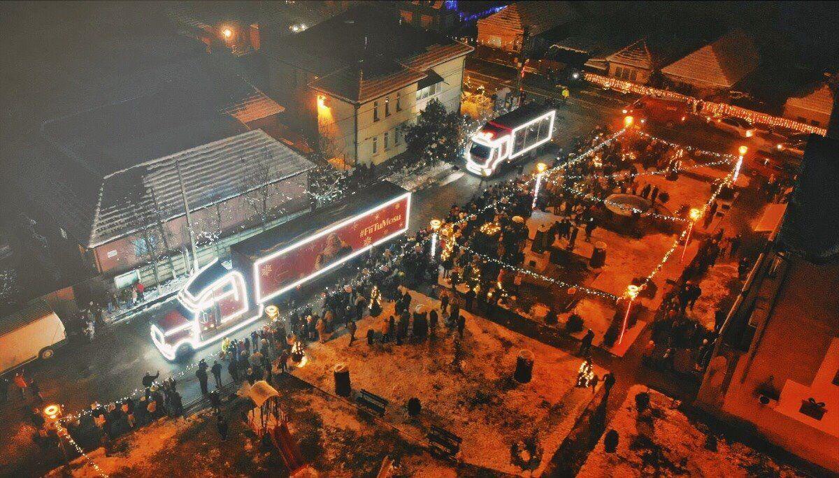 (P) Caravana Coca-Cola transformă Crăciunelul de Sus și Crăciunelul de Jos în satul lui Moș Crăciun