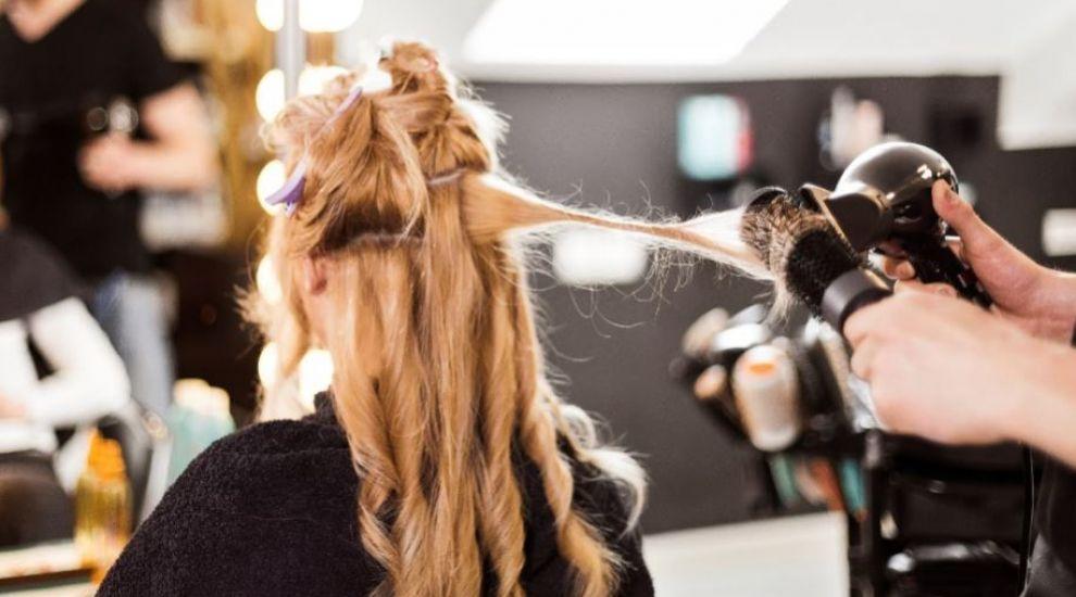 VIDEO Nu știi cum să îți aranjezi părul de revelion? Cristi Pascu îți recomandă o coafură cu influențe rusești