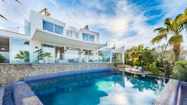 Casa lui Alexander McQueen, vândută cu o sumă fabuloasă. Imagini din locuința copilului rebel al modei britanice