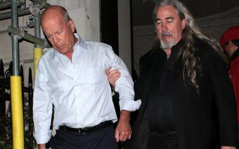 Greu de doborât. Cum a apărut Bruce Willis la două zile după ce a fost cărat pe brațe la ieșirea din club