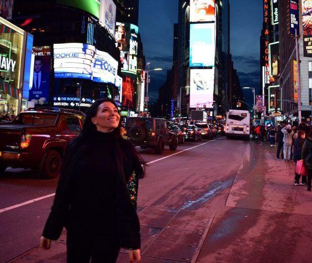 """VIDEO Corina Caragea a petrecut """"Anul Nou"""" chiar de ziua ei. Care a fost cea mai mare dezamăgire a prezentatoarei în New York"""