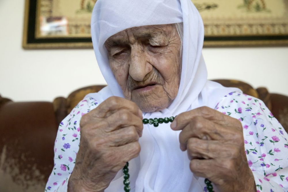 Cea mai în vârstă femeie din lume a murit în timpul rugăciunii. Bătrâna spune că viața ei a fost un calvar