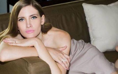 Iulia Albu, între Scufiţa Roşie şi Albă-ca-Zăpada modernă! Ce fotografii sexy, ca în revistele pariziene, a făcut