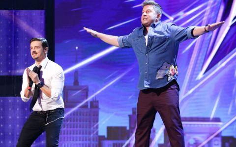 Mihai Petre învață noi mișcări de dans de la un concurent, în prima ediție Românii au talent!