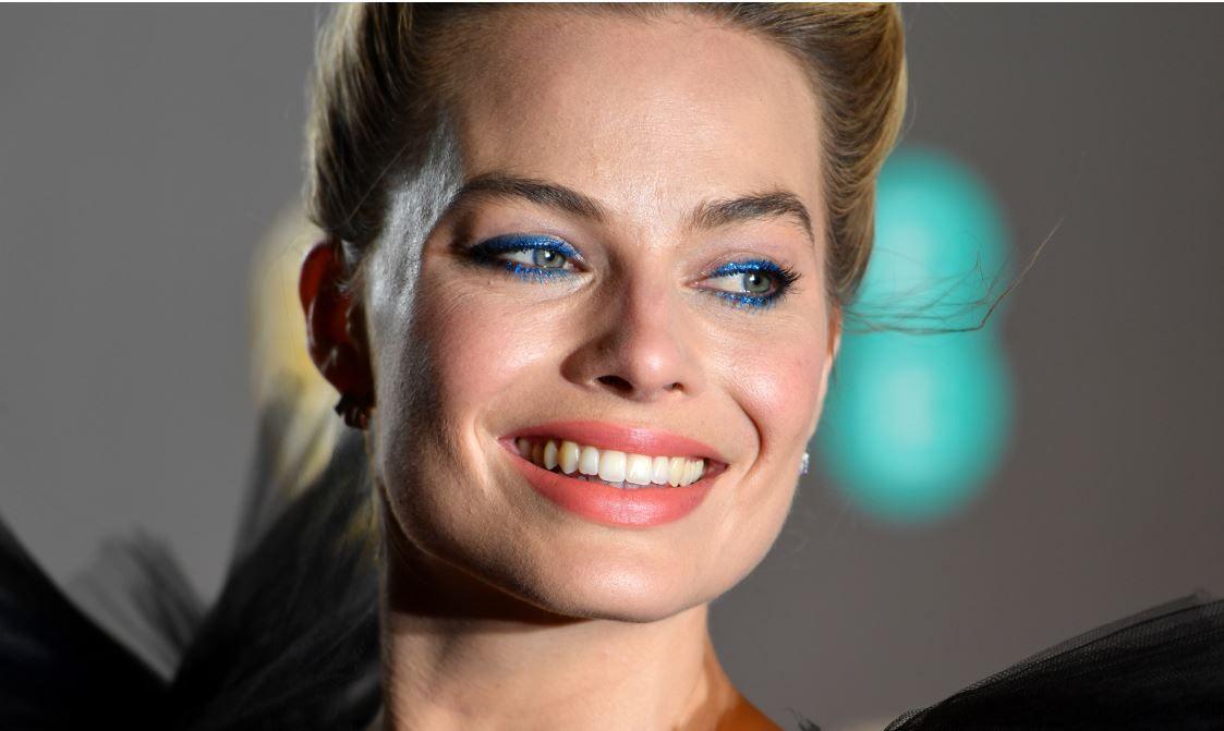 Rochia lui Margot Robbie de la BAFTA care a împărțit internetul în două:  Este ca o spălătorie de mașini
