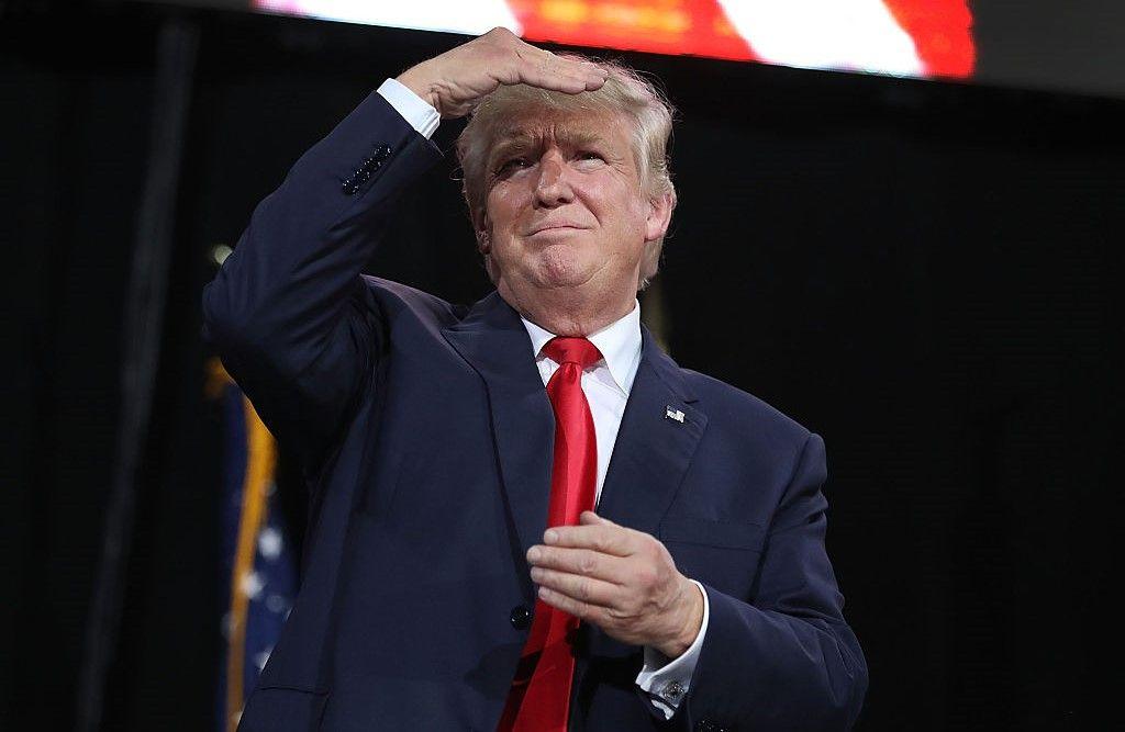 Donald Trump, dat în judecată de o fostă angajată pe care a sărut-o cu forța