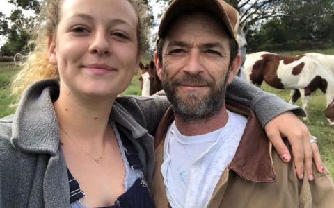 Prima reacție a fiicei lui Luke Perry după moartea tatălui: bdquo;Sunt recunoscătoare pentru dragostea voastră