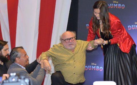 VIDEO Danny de Vito a căzut pe scenă la un eveniment de promovare a celui mai nou film în care joacă