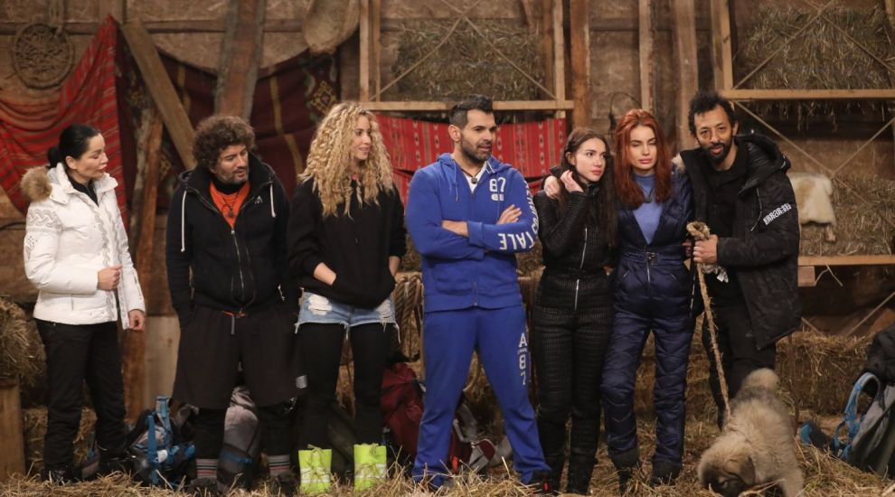 """Bandiții """"atacă"""" ferma! În această seara, cei șapte concurenți din cabana se mută în fermă!"""