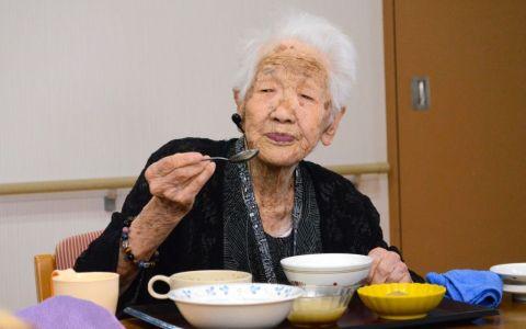 Dieta zilnică a femeii de 116 ani, devenită  cea mai bătrână din lume : dulciuri, trei căni de cafea şi băuturi acidulate