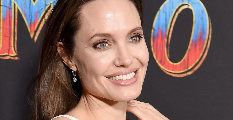 Angelina Jolie și-a arătat tatuajele pe covorul roșu, într-o rochie extrem de decoltată