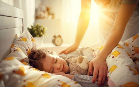 VIDEO Copilul tău nu vrea să se trezească dimineața. Iată câteva metode eficiente