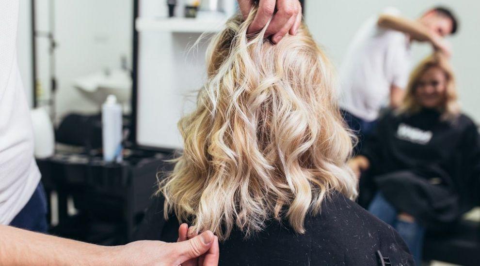 VIDEO  Cristi Pascu îti arată câteva coafuri pentru un păr dificil. Cum le poți realiza