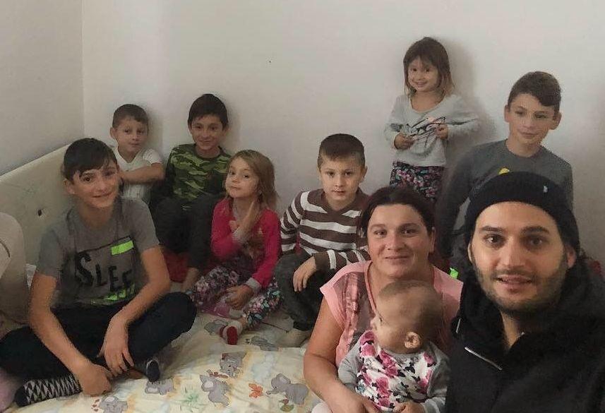 Construiește alături de Omid o casă!  E vorba despre 7 copii premianți, crescuți fără apă curentă, electricitate