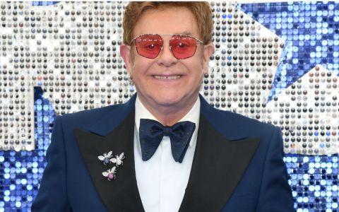Elton John, despre prima experiență amoroasă:  Aveam 23 de ani și managerul a rupt hainele de pe mine