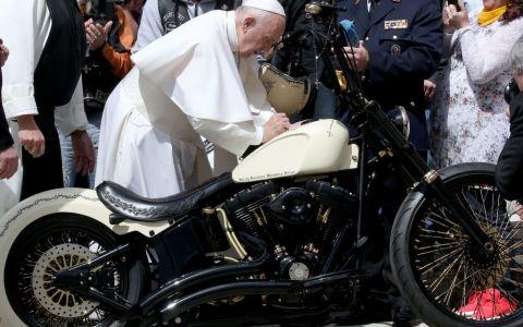 10 lucruri pe care nu le ştiai despre Papa Francisc: e îndrăgostit de tango şi de fotbal şi în tinereţe a avut o iubită