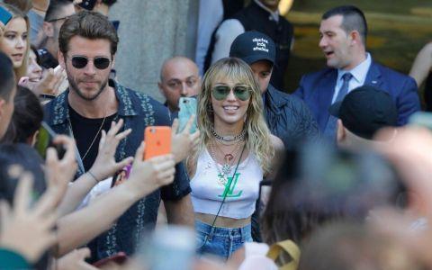 Miley Cyrus, sărutată cu forța de un bărbat din mulțime, sub privirile soțului ei (VIDEO)