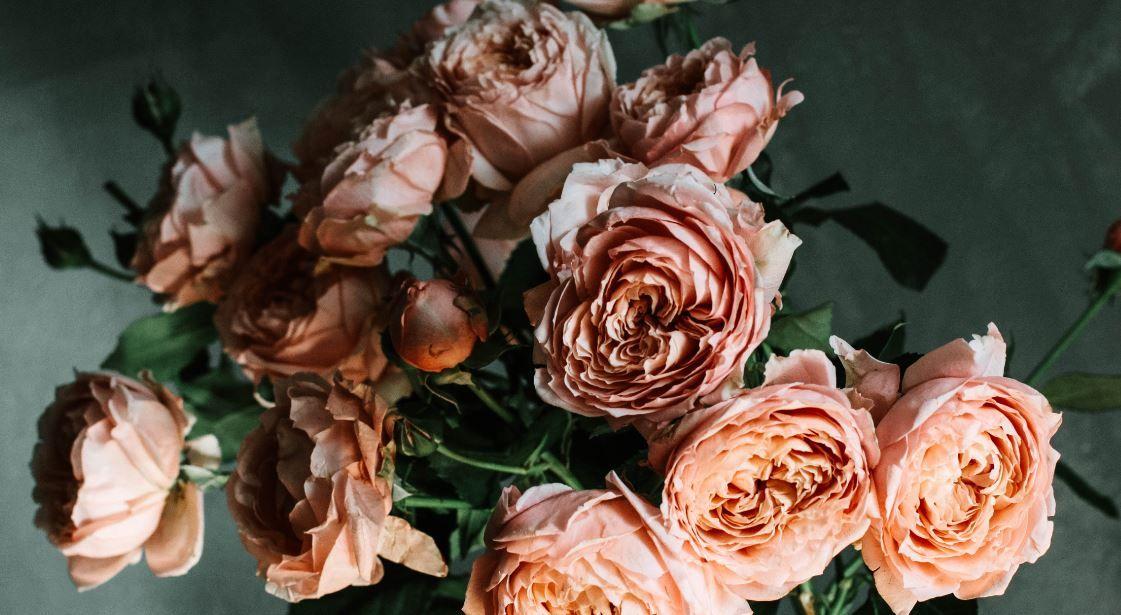 (P) Colorează-i universul cu cele mai frumoase flori online! Iată 5 buchete care transmit dragostea mai presus de cuvinte