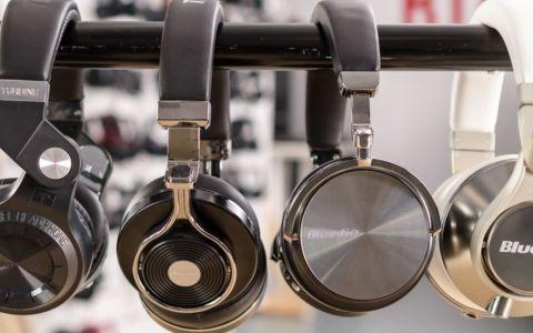 (P) Cum să asculți muzică la căști fără ca auzul tău să aibă de suferit
