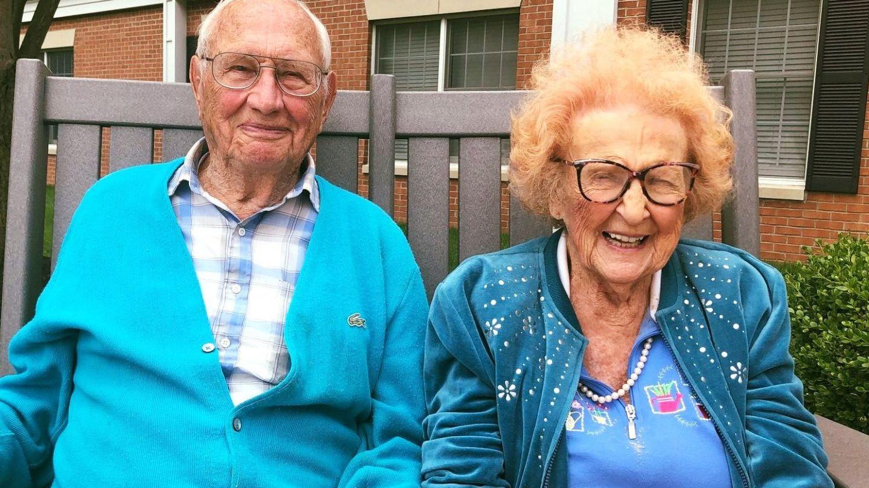 El are 100 de ani, ea împlinește 103, dar sunt foarte îndrăgostiți și tocmai s-au căsătorit