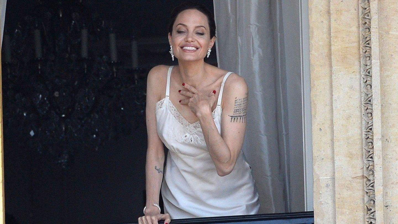 De mult nu a mai fost surprinsă într-o ipostază așa sexy! Angelina Jolie, senzuală în furou pe balcon