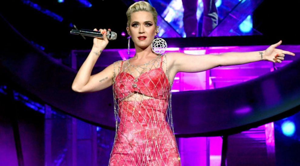 """VIDEO Katy Perry a cântat în baie și s-a filmat cu telefonul. """"Eu și trupa facem cele mai ciudate chestii"""""""