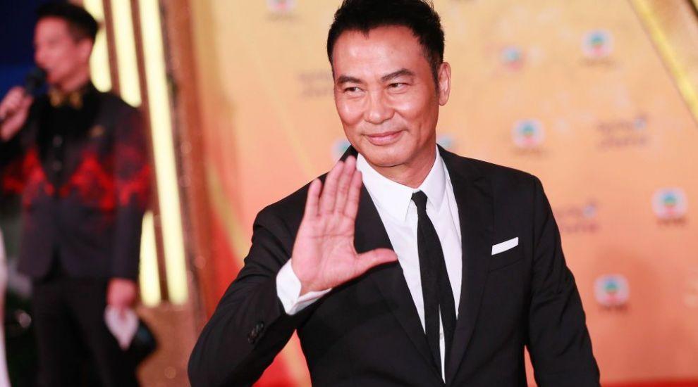 """Simon Yam, actorul care a jucat în filmul """"Lara Croft"""", a fost înjunghiat pe scenă în timpul unui discurs"""