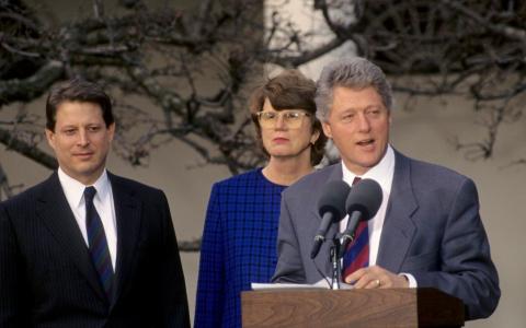 Bill Clinton, într-o rochie în casa unui fost miliardar. Imaginile au fost făcute publice