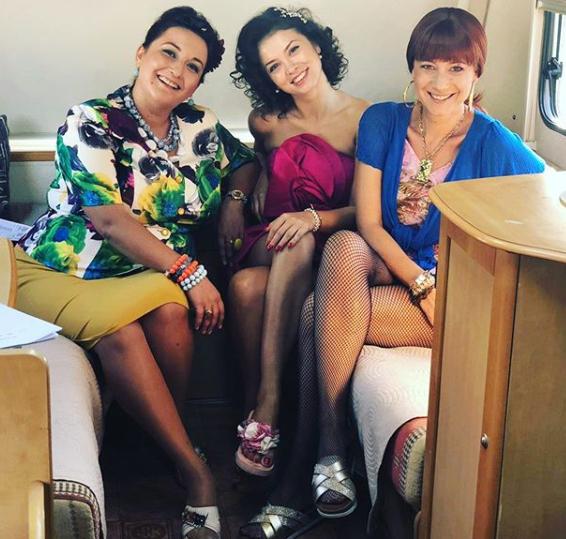 Parada picioarelor sexy în Las Fierbinți! Cum au pozat cele trei actrițe principale