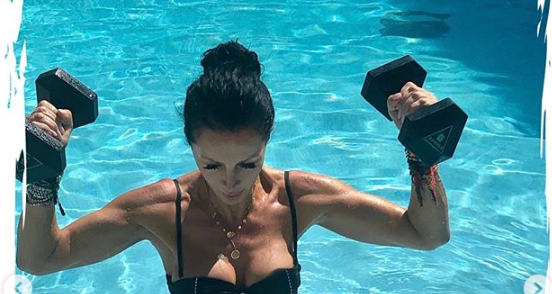 Mihaela Rădulescu își lucrează bicepșii în bikini, în piscină. Imaginile care au aprins imaginația fanilor