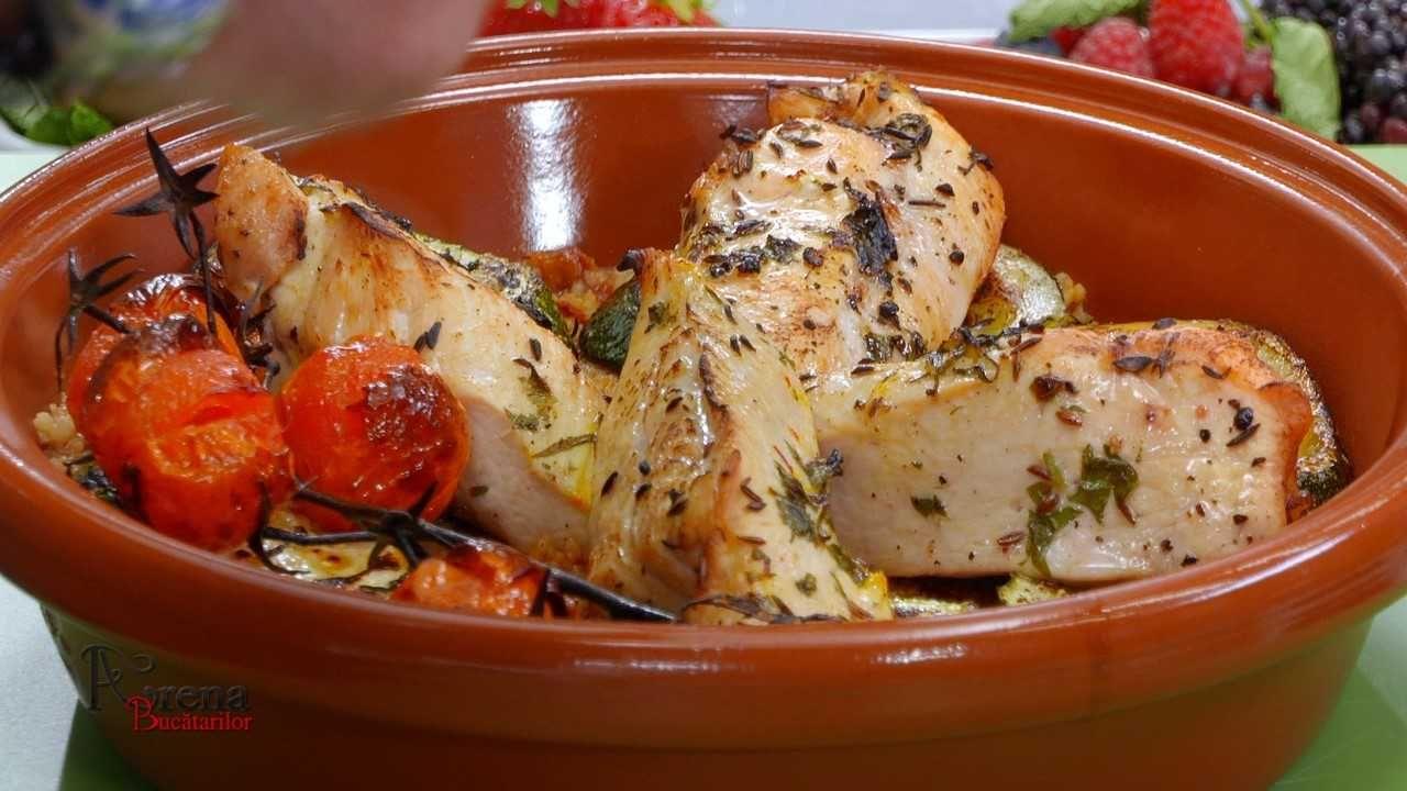 Pui marocan în sos Charmoula și garnitură de couscous