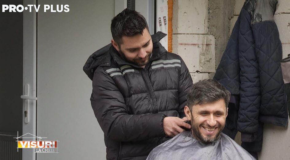 Dragoș Bucur se lasă tuns de unul dintre participanții Visuri la cheie