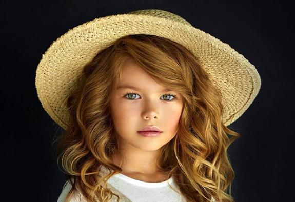 """O rusoaică de 6 ani a fost desemnată """"cea mai frumoasă fetiță din lume"""". Cum arată Alina Yakupova"""