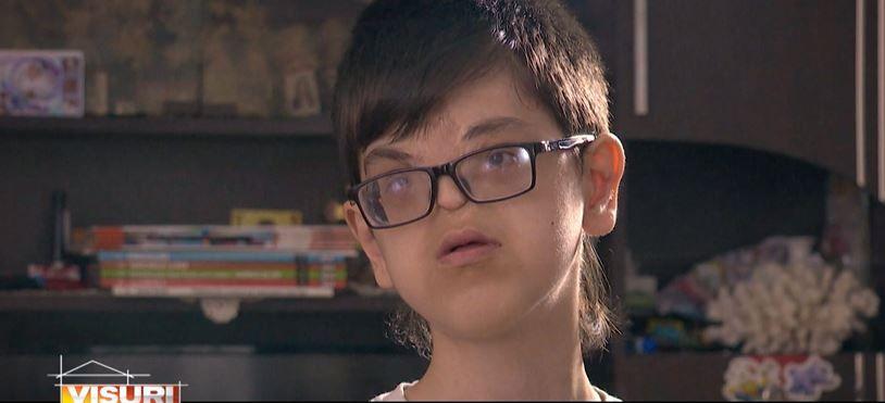 Povestea emoționantă a lui Raul Furdui, un băiat de 18 ani care luptă din răsputeri să ducă o viață normală