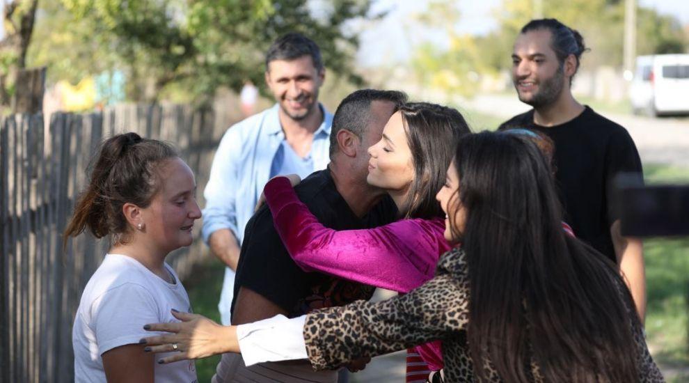 Ion Dejica locuiește într-o casă de chirpici împreună cu fata lui Florentina. Mama i-a părăsit acum 9 ani