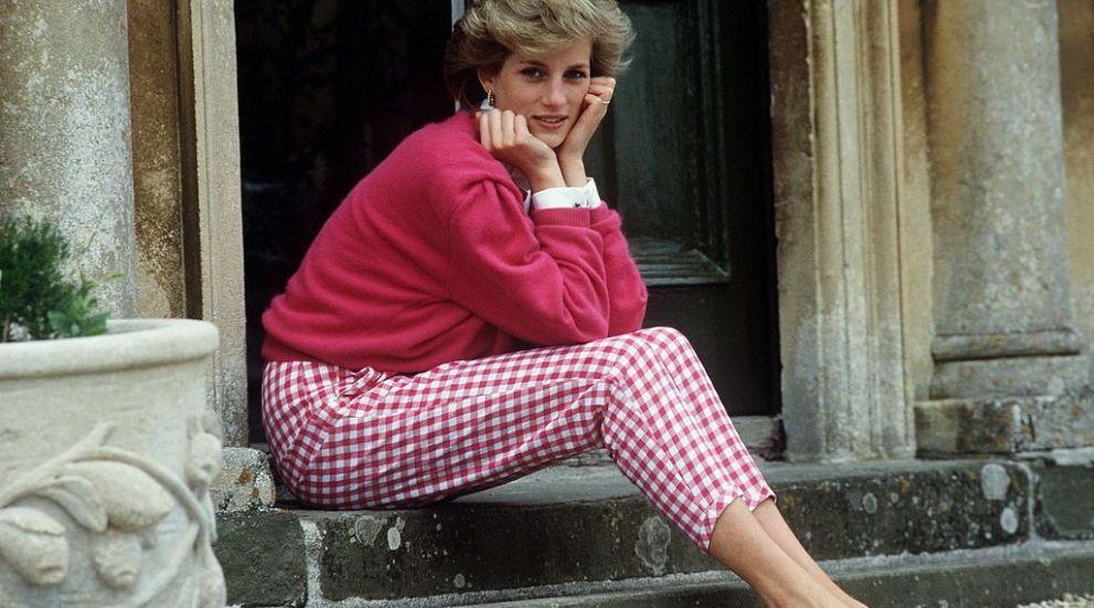 """Cea mai cunoscută rochie a Prințesei Diana, rochia """"Travolta"""" e licitată! Cum arată și la ce preț se poate achiziționa"""
