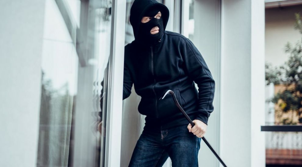 Cum îți ferești casa de hoți dacă pleci în vacanță de Crăciun și Anul Nou
