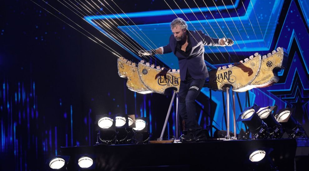 Românii au talent 2020 - William Close and The Earth Harp Collective au cântat din interiorul unui instrument muzical