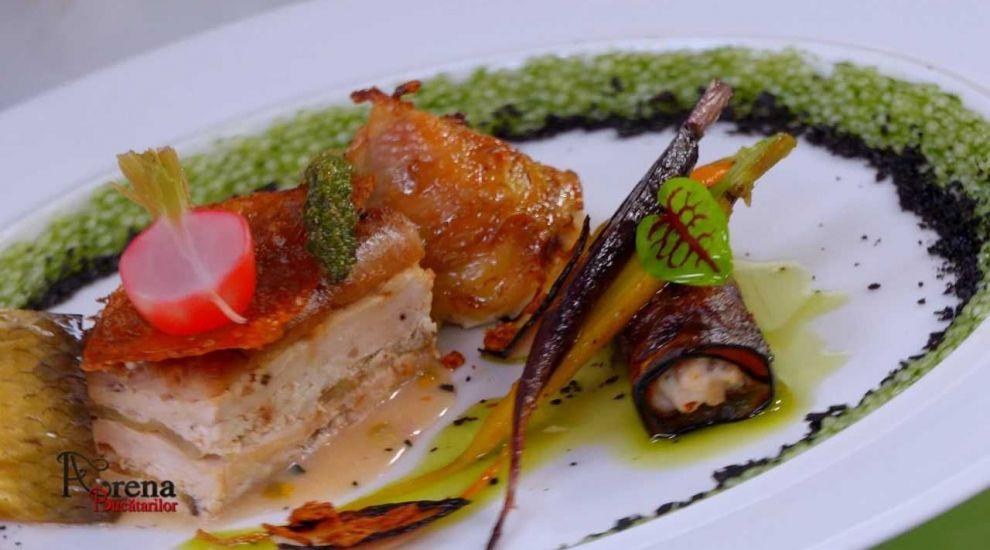 ARENA BUCĂTARILOR: Ruladă din pui și scrumbie afumată cu baby morcovi și sos thai