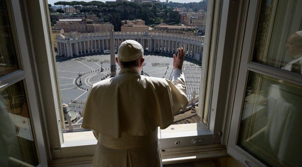 Imagini emoționante de la Roma: Papa Francisc, pe străzile pustii ale capitalei, se roagă pentru sfârșitul pandemiei