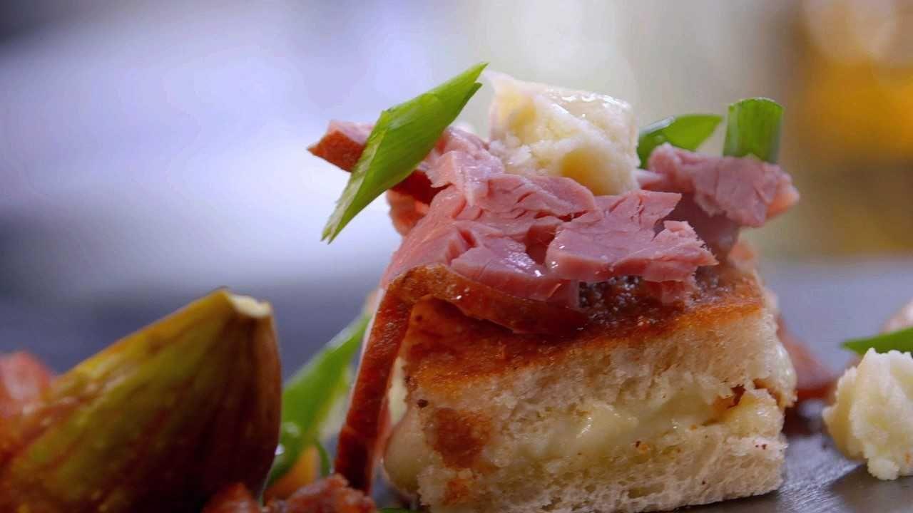 Sandwich cu brânză de burduf, jumări de porc și pastramă afumată