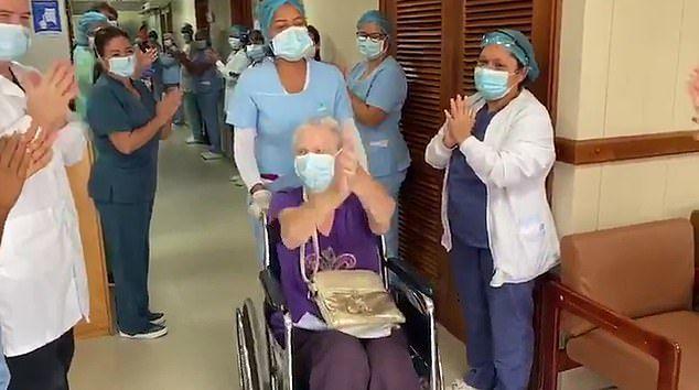 S-a vindecat de coronavirus la 85 de ani. Gestul cu care echipa medicală a sărbătorit evenimentul