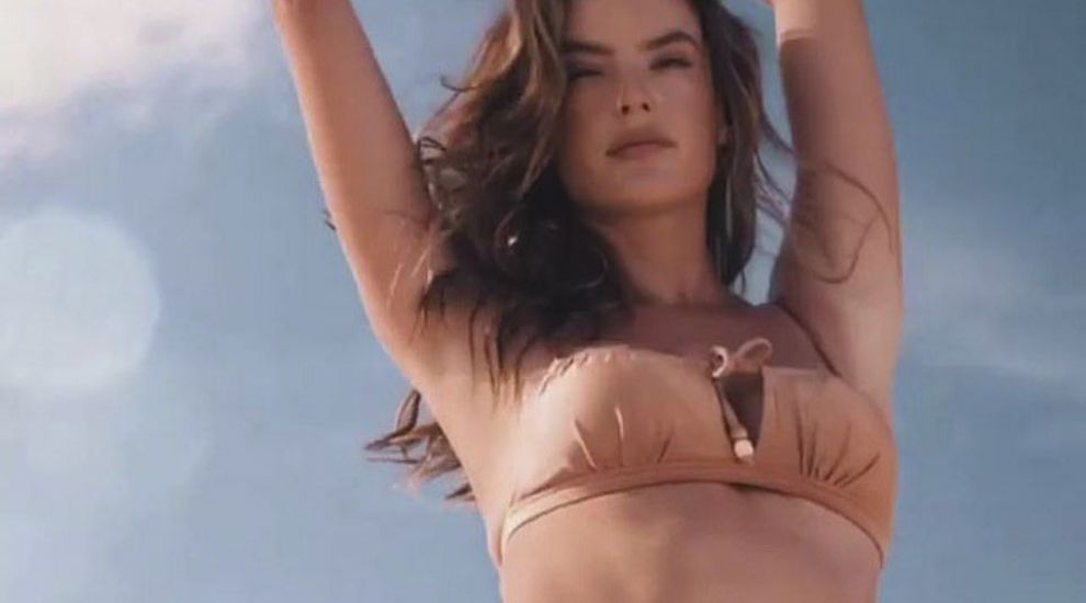 Alessandra Ambrosio, bălăceală pe plajele Braziliei
