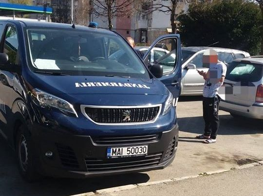 Un român certat cu soția, amendat cu 2.000 de lei pentru că a băut o cafea departe de casă