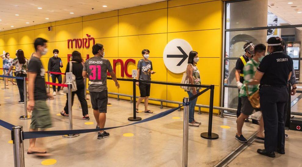 De ce nu vor românii să li se ia temperatura la intrarea în magazine