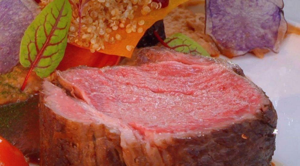 ARENA BUCĂTARILOR: Antricot de vită sous-vide cu piure de linte, morcovi violet și sos demi-glace