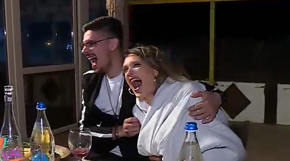 """Cerere în căsătorie marca """"Gașca nebună"""". Marius și Carmen, clipe """"romantice"""" la malul mării"""